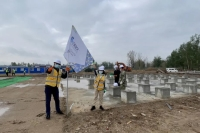 李珺杰老师和张文老师插上赛队旗帜